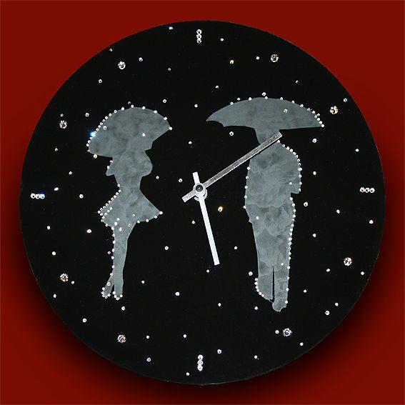 Настенные часы со стразами сваровски Влюбленные под дождем